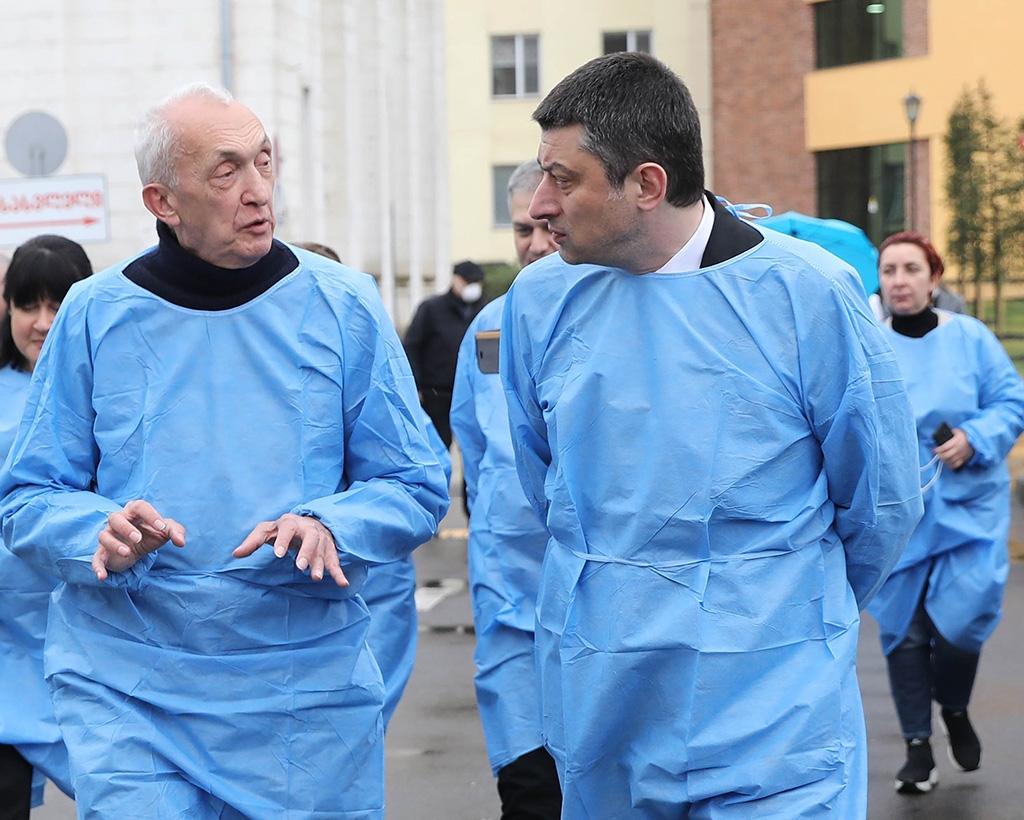 Tengiz Tsertsvadze, director del Centro de Patologías Infecciosas, SIDA e Inmunología Clínica, con el Primer Ministro Giorgi Gakharia (folleto del gobierno)
