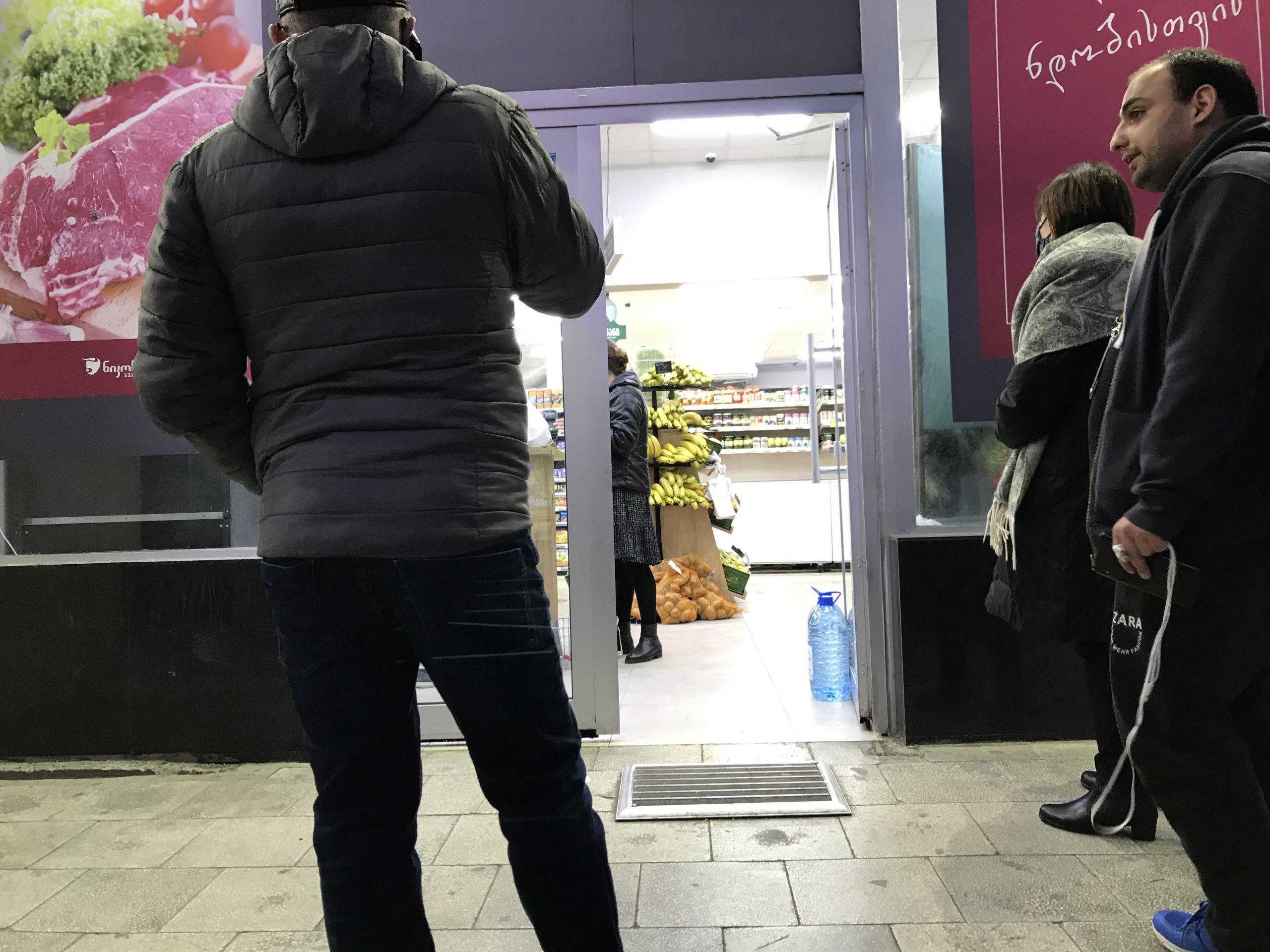 Los supermercados, a diferencia de los de otros países del mundo, están abastecidos constantemente. No hay colas kilométricas, pero sí un control y distancia entre las pocas personas que hacen cola para entrar en el supermerado. Máxima higiene y control en accesos a lugares concurridos como supermercados y farmacias.