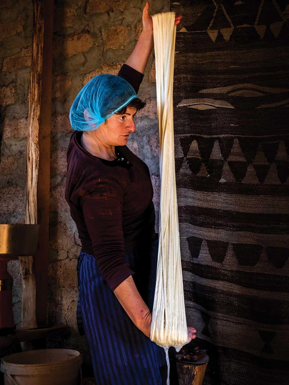Mujer georgiana preparando Queso Tenili de manera artesanal (I)