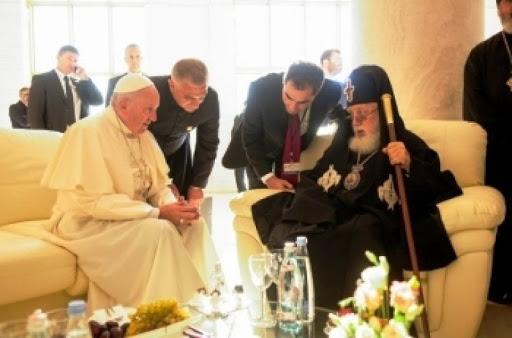 """Francisco visita el Patriarcado ortodoxo, que ha tomado distancia de los grupos que contestan la visita papal. """"Dejémonos mirar de nuevo por el Señor Jesús, dejémonos atraer aún por su invitación a dejar todo lo que nos impide dar, juntos, el anuncio de su presencia""""."""
