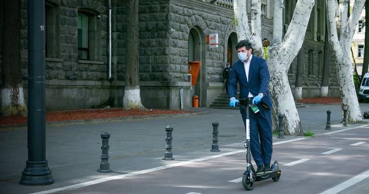 kaladze alcalde tbilisi con scooter